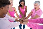 妇女身穿粉红色和丝带为乳腺癌癌症放手 t — 图库照片