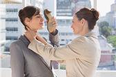 предприниматель, удушения другой, который защищает с ее обуви — Стоковое фото