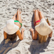 Attractive blonde and brunette in bikinis having beer — Stok fotoğraf