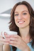 Radyant esmer holding fincan kahve — Stok fotoğraf