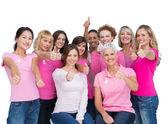 Joyeuses femmes posant et port rose pour le cancer du sein — Photo