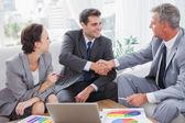 Wesoły przedsiębiorców, zgadzając się na kontrakt — Zdjęcie stockowe