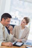 Empresário consultar sua agenda ao falar com seu colega — Fotografia Stock