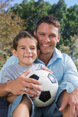 Alegre padre e hijo con el fútbol — Foto de Stock