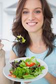 Brunette met salade — Stockfoto