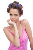 Brutale model poseren dragen haar krulspelden — Stockfoto