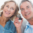 Happy couple listening to mobile phone together — Stock Photo