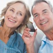 Happy couple listening to mobile phone together — Stock Photo #29451377
