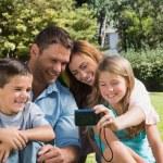 familia risa mirando a una cámara — Foto de Stock