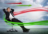 Kendine güvenen işadamı döner sandalye ile kırmızı ve gre uzanmış — Stok fotoğraf