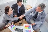 Affärsmän som skakar hand medan du arbetar — Stockfoto