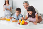 милые семьи едят завтрак на кухне вместе — Стоковое фото