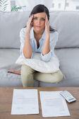 Dość kobieta kontroli jej rachunki — Zdjęcie stockowe