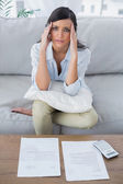 Trött kvinna kontrollera hennes räkningar — Stockfoto