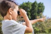 Junge blick durchs fernglas und zeigen — Stockfoto
