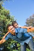 Son liggande på rygg fäder — Stockfoto