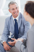 Empresário sorridente, falando com seu colega de trabalho — Fotografia Stock
