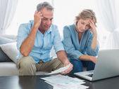Couple inquiet, payer leurs factures en ligne avec ordinateur portable — Photo
