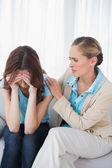 расстроен женщина с ее терапевт — Стоковое фото
