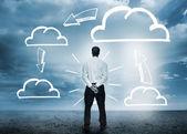 Empresário considerando gráficos de computação em nuvem — Foto Stock