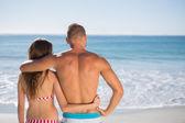 влюбленная пара, обнимая друг друга, глядя на море — Стоковое фото