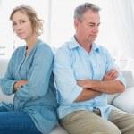 par envejecido medio sentado en el sofá no habla después de un figh — Foto de Stock