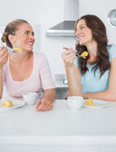 Knowing women eating cake and having coffee together — Stock Photo