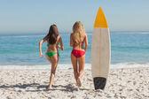 Due amici bei esecuzione al mare — Foto Stock