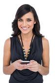 Ler elegant brun haired modell skicka meddelande — Stockfoto