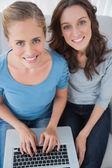 Femmes posant en surfant sur le net — Photo