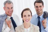 Usmívající se zaměstnanec pózuje s její pracovní tým — Stock fotografie