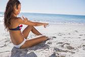 Attraente donna in bikini, applicare la crema solare sulla sua spalla — Foto Stock