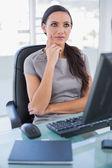 Nadenkend zakenvrouw zittend op haar Conferentiedraai-stoel — Stockfoto
