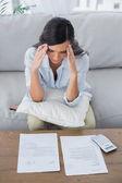 Konsantre kadın onun faturalarını kontrol — Stok fotoğraf