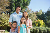 性格开朗家庭站在农村 — 图库照片