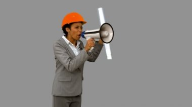 灰色屏幕上用扩音器愤怒建筑师 — 图库视频影像