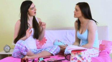 若い女性の彼女の友人の頬に頬紅を適用します。 — ストックビデオ