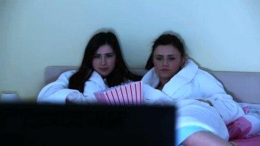 Mujeres jóvenes juntos viendo la película de terror — Vídeo de stock