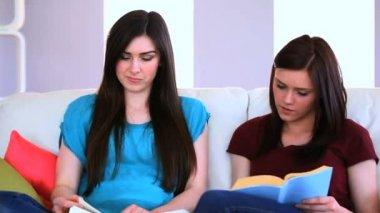 朋友们在一起读的书 — 图库视频影像