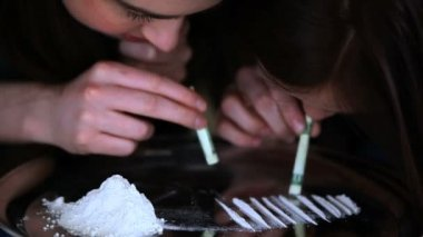 Friends snorting cocaine — Stock Video