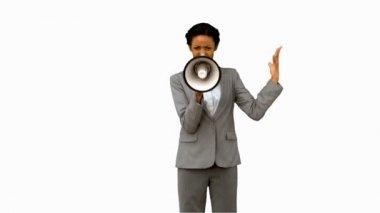 Imprenditrice urlando in un megafono su schermo bianco — Video Stock