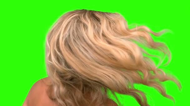 Mujer atractiva sacudiendo su cabello en pantalla verde — Vídeo de stock