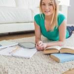 kobieta leży na podłodze pracy nad zadaniem — Zdjęcie stockowe