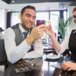 Счастливый бизнес партнеры звон винных бокалов, улыбаясь в камеру — Стоковое фото
