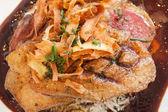 Close-up de pato crocante na cama de arroz com molho de carne — Foto Stock