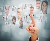 Uomo d'affari selezionando una foto — Foto Stock