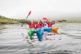 Passen vrienden roeien op een meer — Stockfoto