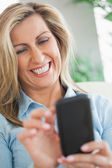 幸せな女彼女の携帯電話に入力します。 — ストック写真