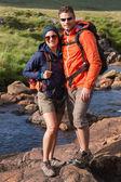 Couple souriant lors d'une randonnée — Photo