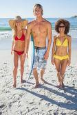 Trois amis en descendant sur la plage — Photo